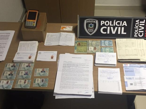 Foram encontrados comprovantes de endereço e contra-cheques obtidos a partir de documentos falsos (Foto: Lucas Sá/Divulgação)