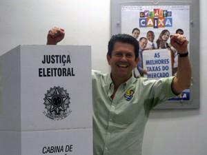 Otávio Leite votou em Copacabana, na Zona Sul do Rio (Foto: Cristiane Cardoso/G1)
