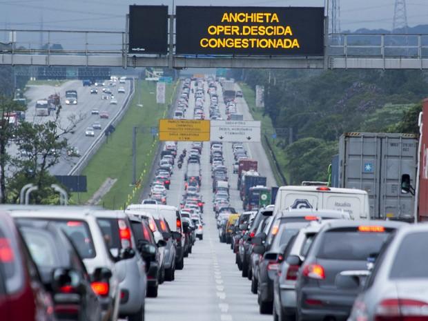 Trânsito intenso na operação descida da Rodovia dos Imigrantes, na região de São Bernardo do Campo (SP), na tarde desta quinta-feira (17), saída para o feriado prolongado de Páscoa (Foto: Daniel Sobral/Futura Press/Estadão Conteúdo)