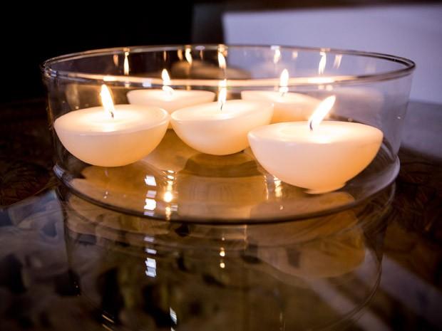 Para finalizar, velas aromatizadas ou em formatos diferentes arrematam a decorao com muito charme e aconchego. (Foto: Santa Ajuda/Elisa Mendes)