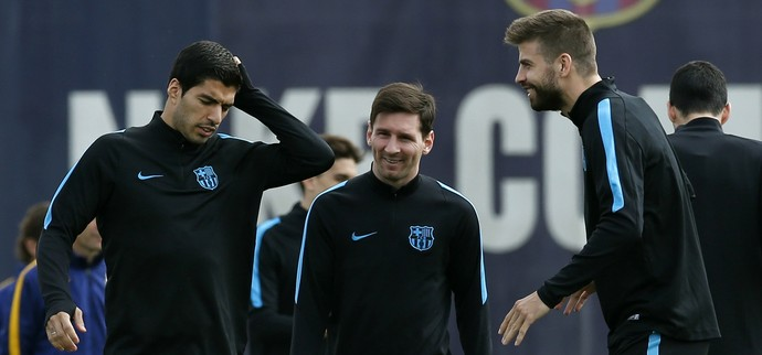 Luis Suarez, Messi e Gerard Pique treino do Barcelona (Foto: Reuters)
