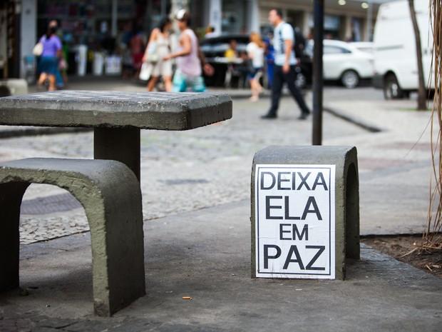No Méier, o cartaz da fotógrafa Manuela Galindo pede respeito (Foto: Marina Andrade)