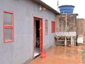 Adolescentes de 14 e 16 anos foram assassinadas dentro de casa em Cuiabá. (Foto: Reprodução/ TVCA)