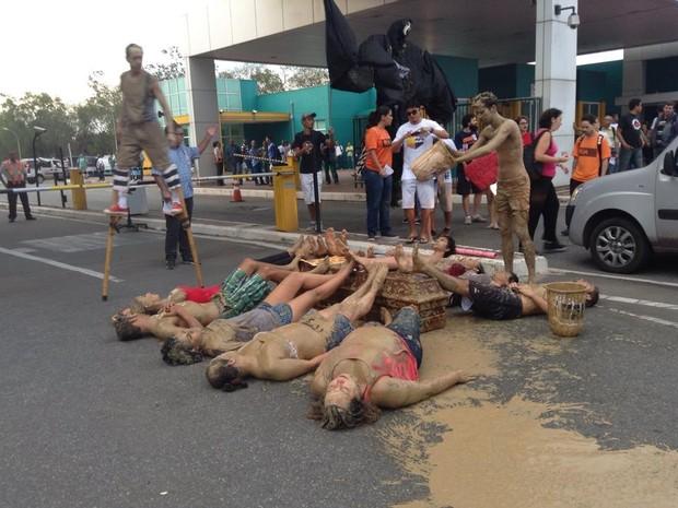Grupo protest em frente à Vale, espírito santo (Foto: Frente Capixaba de Lutas/ Divulgação )
