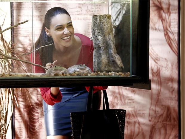 Sueli alimenta os bichinhos (Foto: Inácio Moraes/ Gshow)