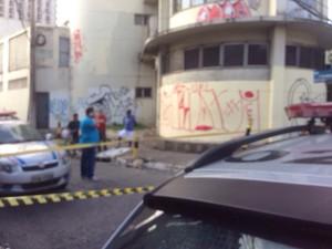 Piloto de avião foi atingido a tiros nas costas e morreu no local do crime. (Foto: Robério Filho/ TV Liberal)