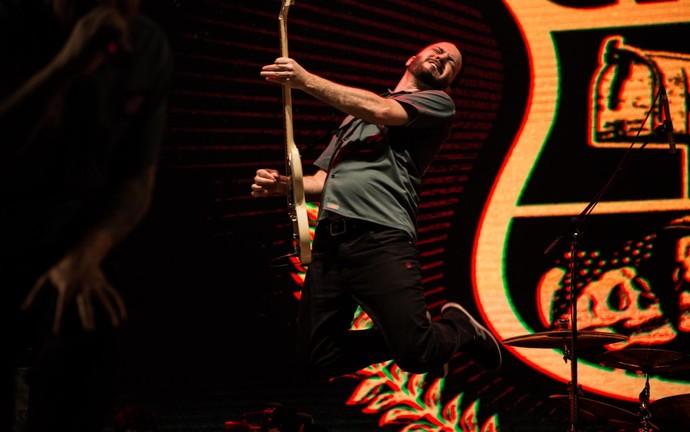 Guitarrista do CPM 22 faz performance ousada no palco do João Rock 2016 (Foto: Mateus Rigola/Gshow)