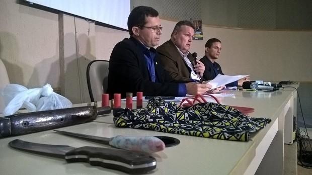 Objetos usados no esquartejamento de homem em Girau do Ponciano foram apresentados pela secretaria (Foto: Waldson Costa/G1)