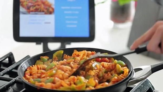 Panela inteligente ensina quem não sabe cozinhar (Foto: BBC)