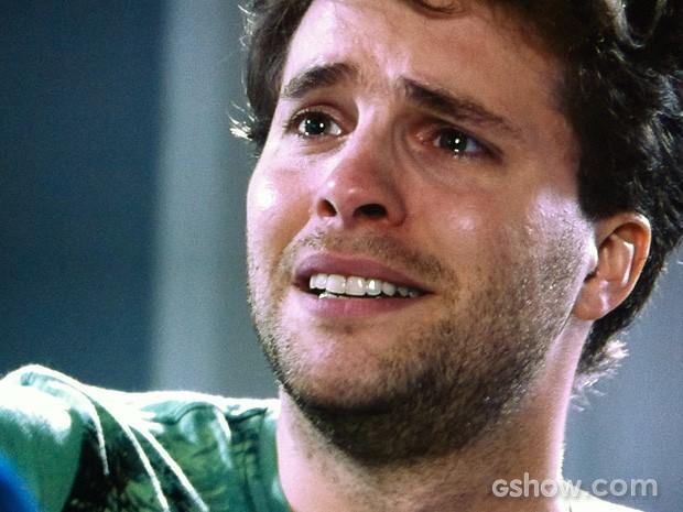 Niko se emociona com a pista para encontrar Fabrício (Foto: Amor à Vida/TV Globo)