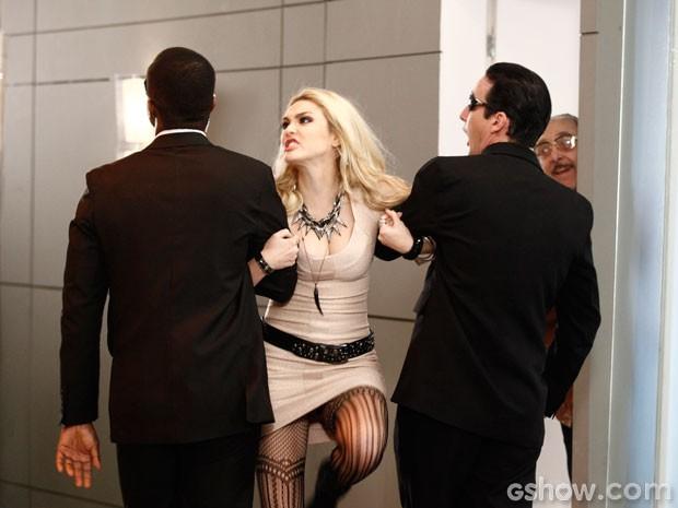 Megan é carregada por seguranças enquanto Jack ri (Foto: Inácio Moraes/TV Globo)