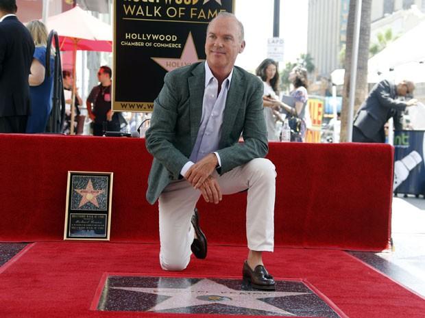 O ator americano Michael Keaton recebe homenagem na Calçada da Fama de Hollywood nesta quinta-feira (28) (Foto: Nick Ut/AP)