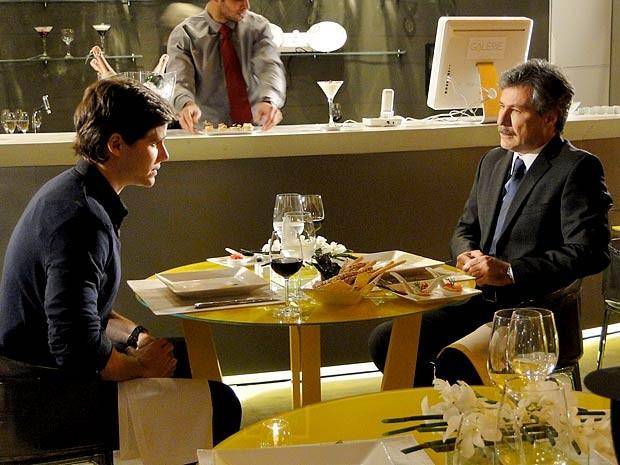 Conrado conta a Otto que está noivo de Isadora (Foto: Cheias de Charme / TV Globo)