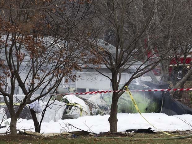 Avião pequeno cai em  casa em Gaithersburg nesta segunda-feira (8); três pessoas morreram (Foto: AP Photo/Jose Luis Magana)