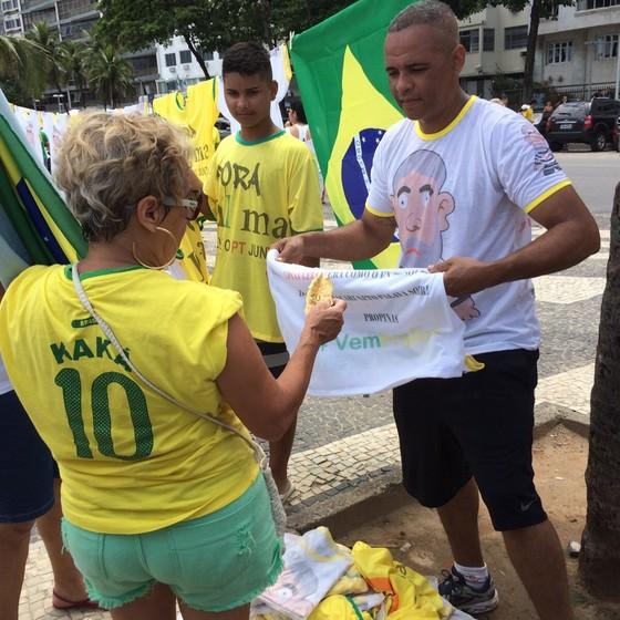 Fabio Tavares, de 43 anos, dono de uma confecção na Baixada Fluminense. Ele levou 200 camisetas com a estampa do Pixuleco para vender na manifestação (Foto: Samantha Lima)