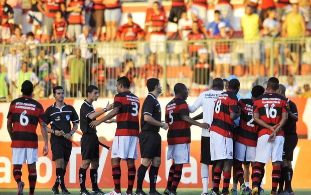 jogadores reclamam flamengo x duque de caxias (Foto: Dhavid Normando/Futura Press/Agência Estado)