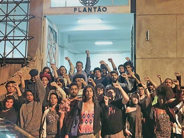 Artistas se reuniram na frente do Palácio da Polícia de Santos para acompanhar ator detido (Foto: Rodrigo Montaldi Morales / Arquivo Pessoal)