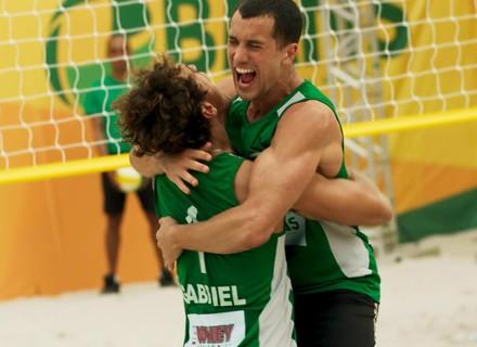 Primeiro capítulo de 'Malhação': Gabriel e Giovane vencem torneio de vôlei de praia