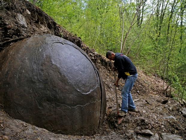 Arqueólogos bósnios dizem acreditar que pedra é a mais antiga criada pelo homem; tese é refutada por especialistas (Foto: Reuters/Dado Ruvic)