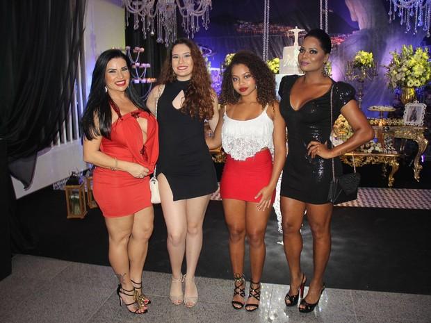 Solange Gomes Gomes e a filha, Stephanie Gomes, e Adriana Bombom com a filha Olívia em festa na Zona Oeste do Rio (Foto: Rogerio Fidaldo e Rodrigo Sinhá/ Ag. News)