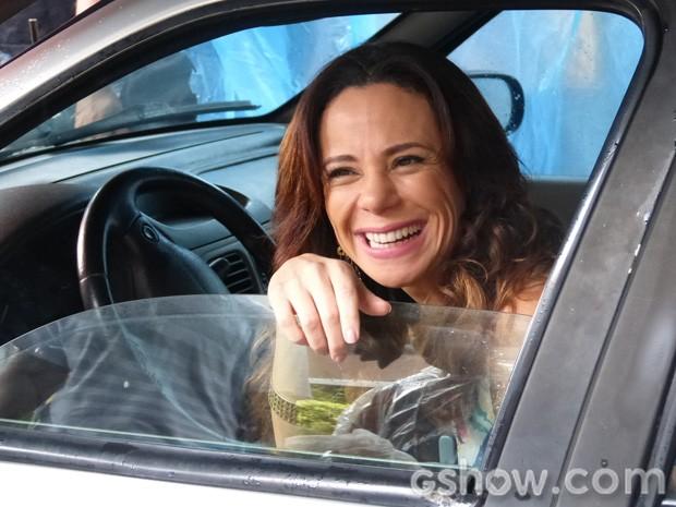 Atriz é puro bom humor enquanto aguarda a gravação (Foto: Em Família/TV Globo)