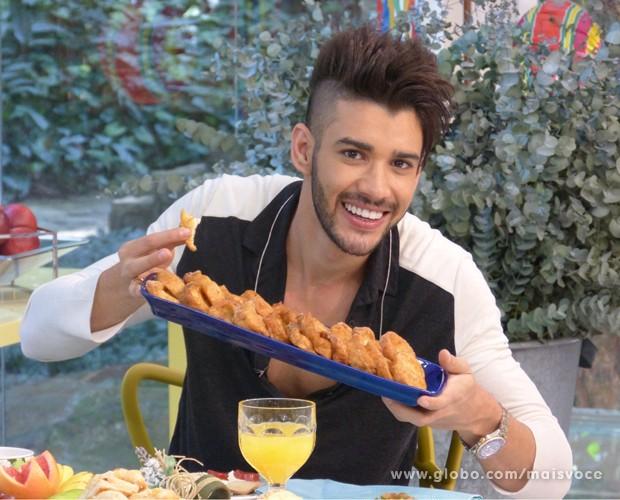 Gusttavo Lima se rende aos quitutes da cozinha do Mais Você em gravação (Foto: Mais Você / TV Globo)