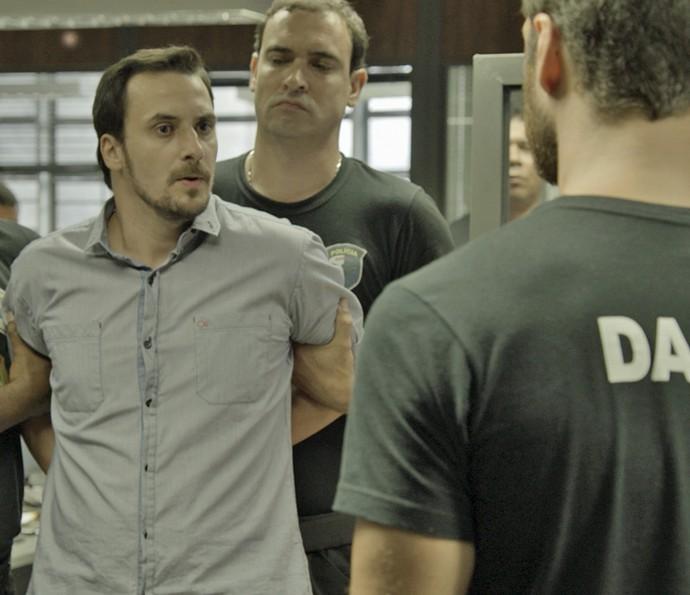 Guerra é levado para a delegacia (Foto: TV Globo)
