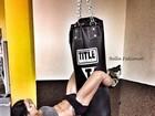 Musa do abdômen sarado impressiona em foto pendurada no saco de boxe