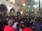 Fiéis lotam igreja no feriado de São Sebastião, no Rio