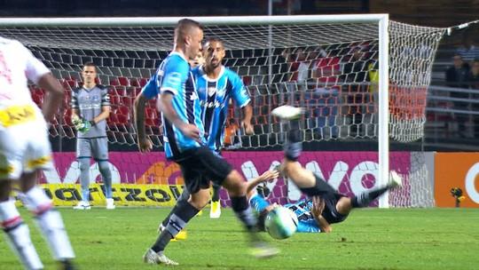 Entenda por que a assistência no gol do Grêmio foi de Geromel, e não de Luan