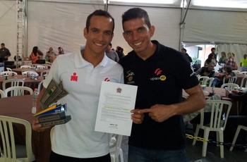 Diego Xaulim e Rafael Falsarella exibem troféu e vaga garantida no Mundial em Kona, no Hawai (Foto: Divulgação/Arquivo pessoal)