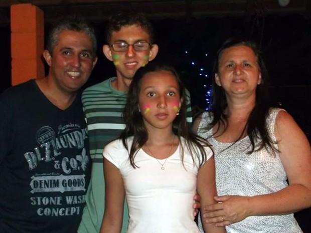 Pedro Henrique Silva Carvalho com a família (Foto: Rovilson Henrique Carvalho/Arquivo pessoal)