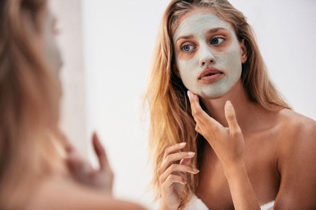 Máscara com formulações com argila que, assim como o carvão, têm ação anti-inflamatória e de controle de oleosidade ajudam a reduzir os furinhos (Foto: Thinkstock)