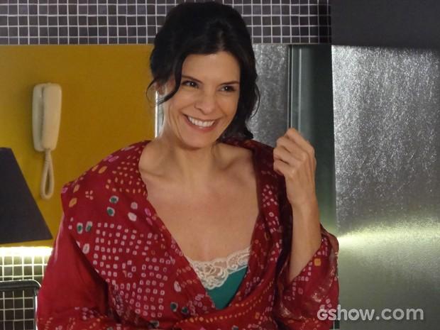Verônica fica encantada com café da manhã preparado por Cadu (Foto: Em Família / TV Globo)