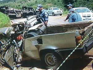 Motorista deste carro de passeio com placas de Colatina (ES) morreu na hora. (Foto: Reprodução/InterTV dos Vales)