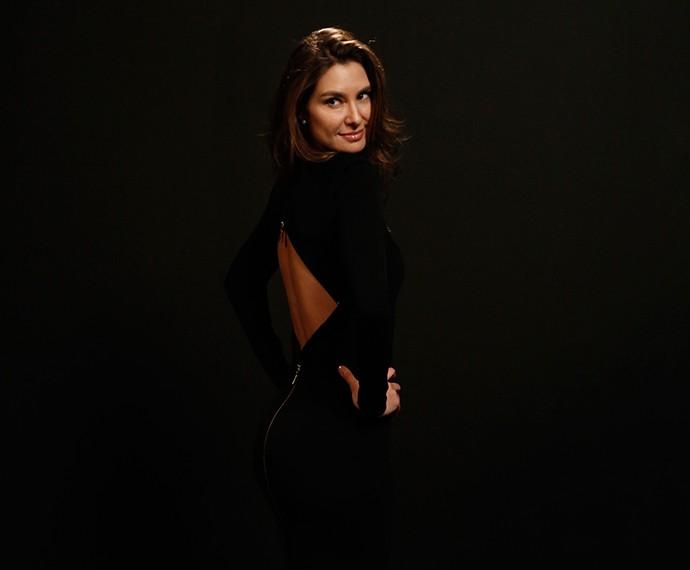 Lavinia mostra o decote do vestido na parte de trás  (Foto: Raphael Dias/Gshow)
