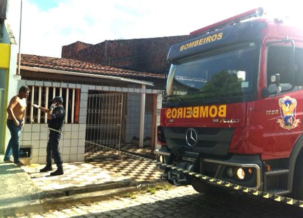 Helenilson Rocha (sem camisa) é filho da vítima. Ele foi preso em flagrante e autuado por homicídio e incêndio criminoso (Foto: Elizama Cardoso/Inter TV Cabugi)