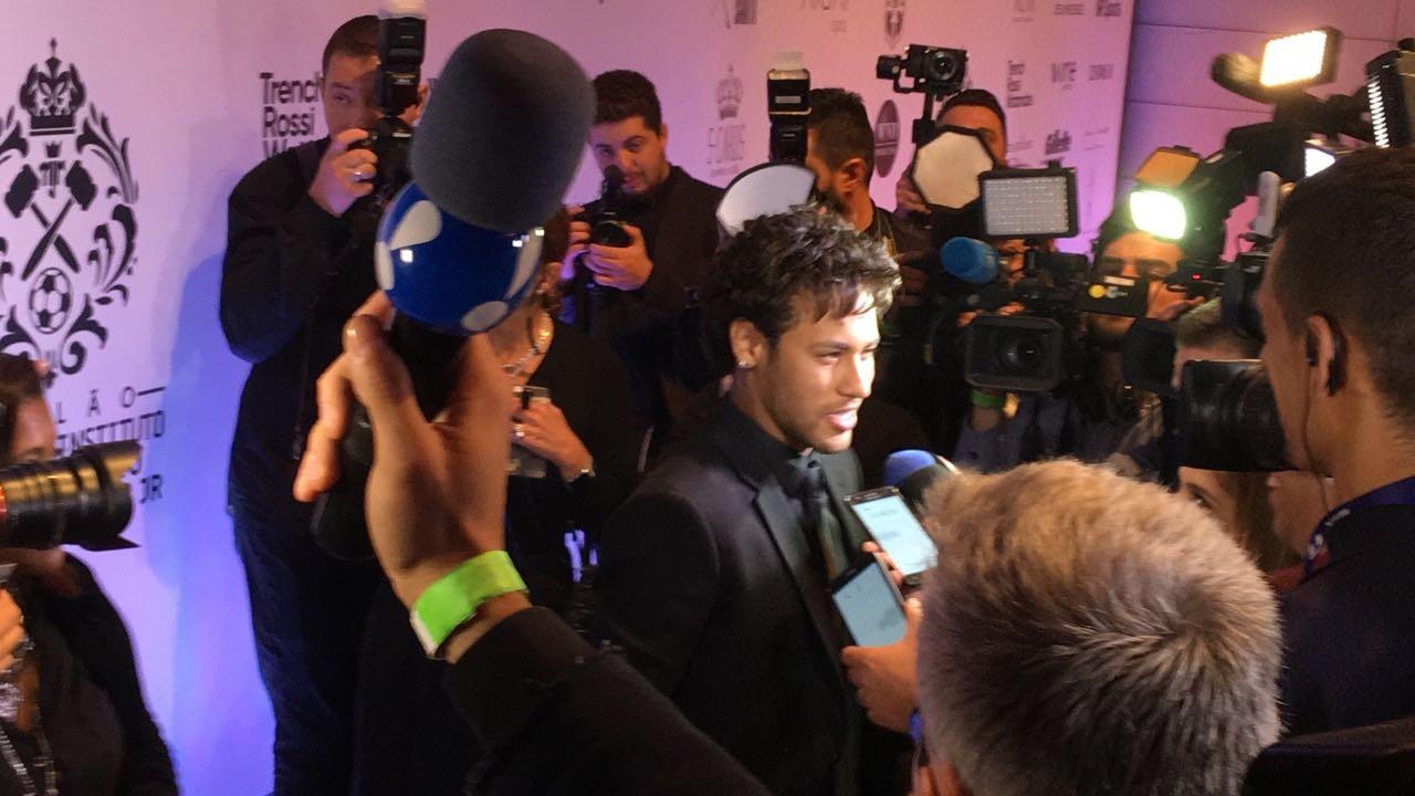 Neymar foi abordado pelos jornalistas (Foto: Giulliana Martinelli)