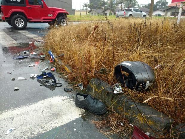 Motociclista foi derrubada e projetado em rodovia de Jaraguá do Sul  (Foto: Fábio Junkes/Rádio Corupá FM)