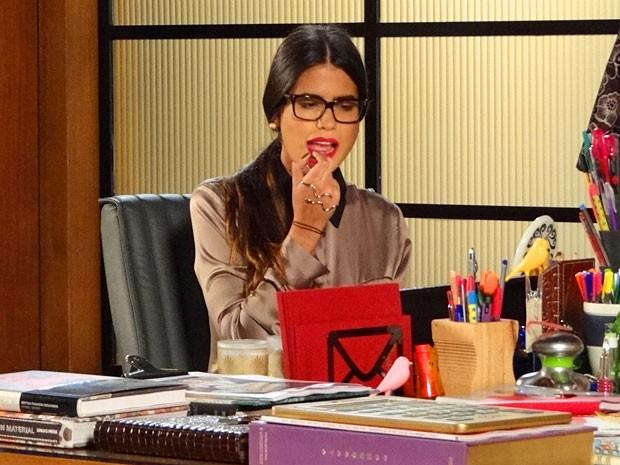 Isadora capricha no batom vermelho (Foto: Guerra dos Sexos / TV Globo)