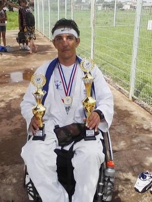 Edvaldo Roberto com algumas das medalhas e troféus, Patos de Minas, MG (Foto: Edvaldo Roberto/Arquivo Pessoal)