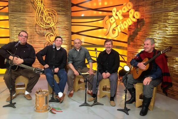 Grupo Chão de Areia e violeiros no Galpão Crioulo (Foto: Gino Basso/RBS TV)