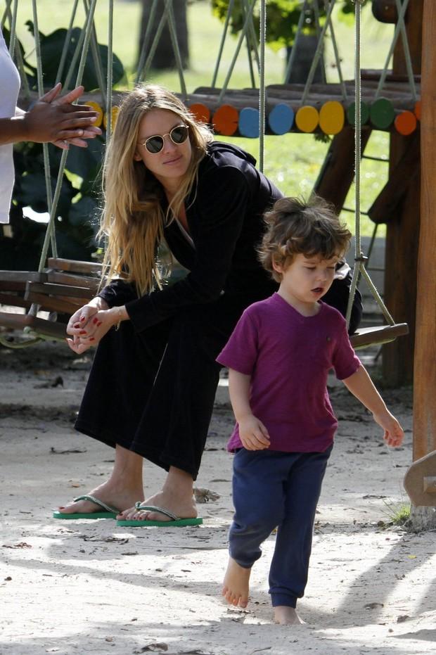 Letícia Birkheuer e filho (Foto: Gil Rodrigues/ FotoRio News)