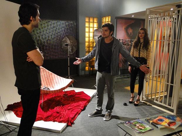 Ufa! Ainda bem que Ju levou o Bruno. O universitário entra no estúdio e salva a irmã da cilada (Foto: Malhação / Tv Globo)