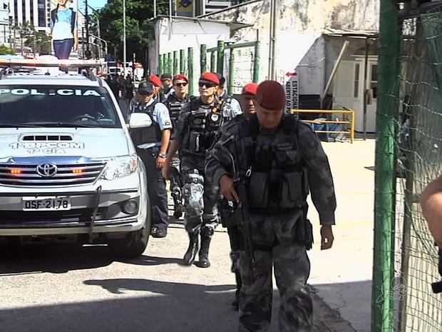 Vários policiais foram deslocados até a agência bancário onde o gerente acionou alarme (Foto: TV Verdes Mares/Reprodução)