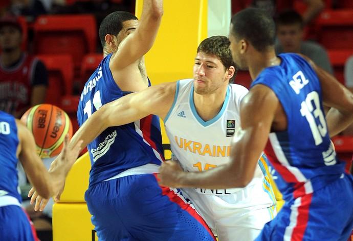 Slava Kravtsov jogo basquete Ucrânia x Rep. Dominicana (Foto: AFP)