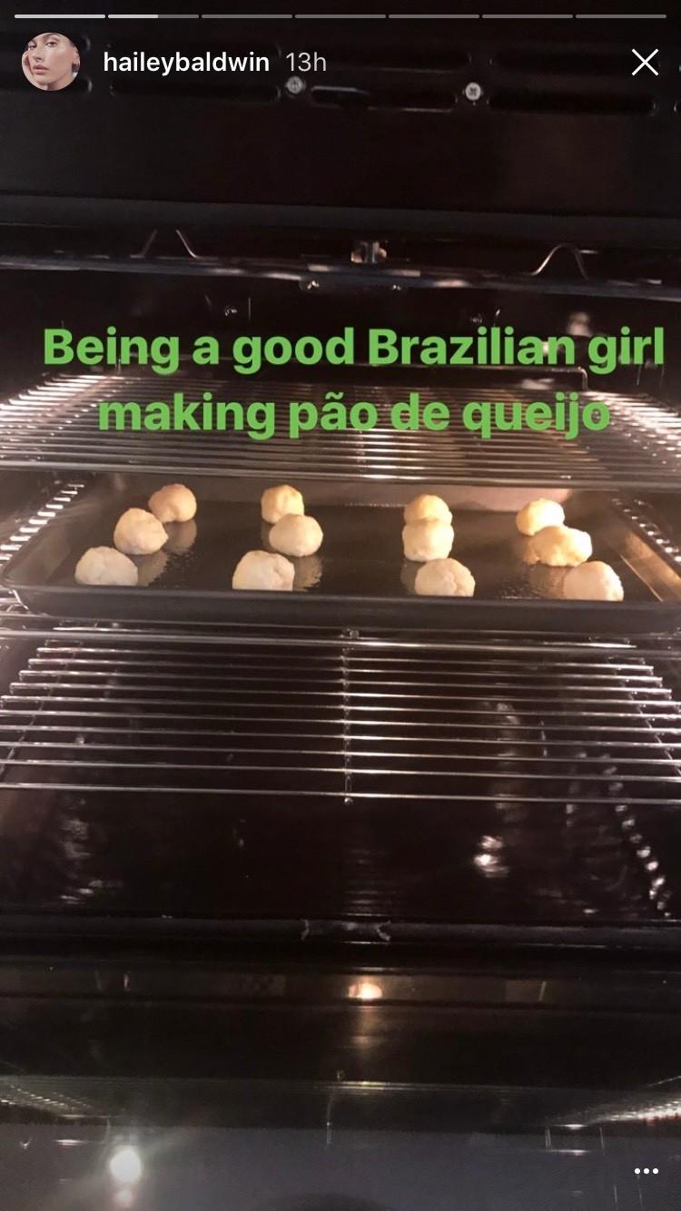Hailey Baldwin fazendo pão de queijo (Foto: Instagram/Reprodução)