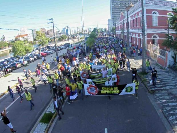 Caminhada dos bombeiros e policiais militares saiu da Assembleia Legislativa de Pernambuco (Alepe), na Rua da Aurora, nesta quarta (27) (Foto: Aldo Carneiro/Pernambuco Press)