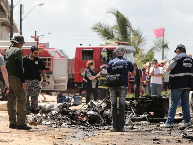 Grupo vistoria escombros da aeronave que caiu na manhã da quarta-feira (23), em Maceió (Foto: Jonathan Lins/G1)