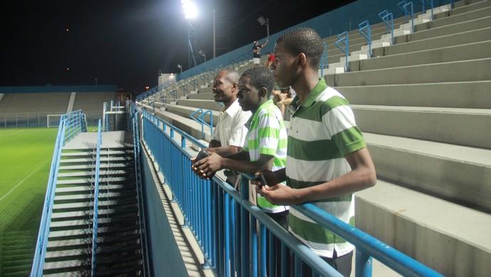 Haitianos acompanharam treino da seleção na Colina (Foto: Marcos Dantas)